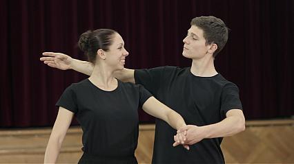 Studniówkowy tutorial w 10 krótkich filmach: Jak zatańczyć poloneza?
